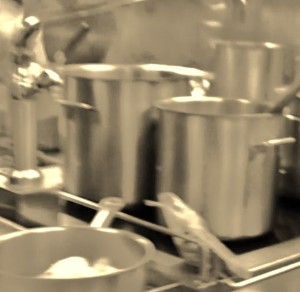 el-viejo-cocinero-gris-cabelludo-con-los-ojos-azules-está-trabajando-en-la-cocina-113116635